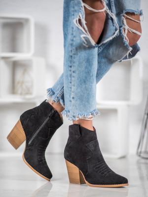 Praktické  kotníčkové boty černé dámské na širokém podpatku