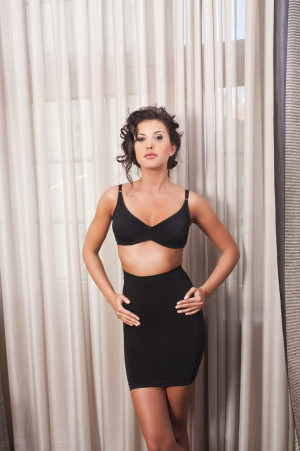 Stahující dámská spodnička 06-46 černá
