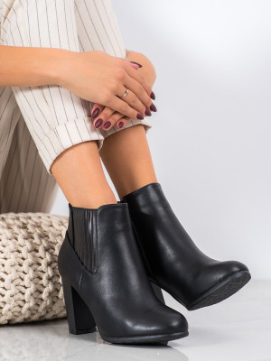 Jedinečné černé dámské  kotníčkové boty na širokém podpatku