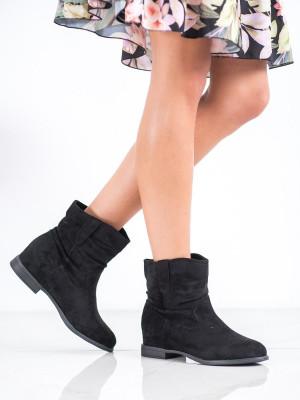 Zajímavé dámské černé  kotníčkové boty na klínku