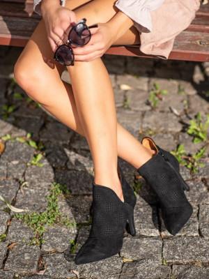 Pohodlné dámské černé  kotníčkové boty na jehlovém podpatku