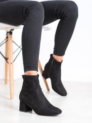 Pěkné dámské černé  kotníčkové boty na širokém podpatku
