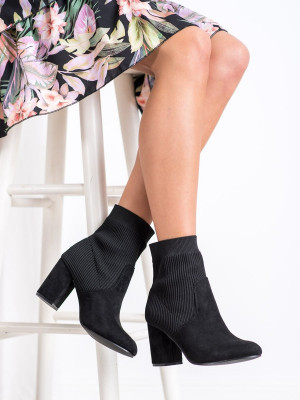 Módní černé dámské  kotníčkové boty na širokém podpatku