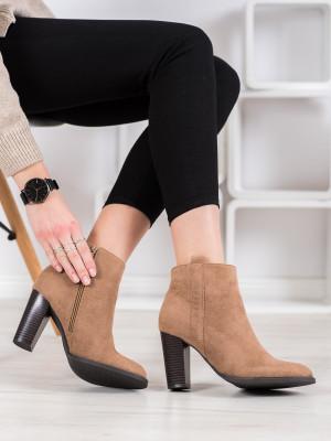 Pěkné dámské hnědé  kotníčkové boty na širokém podpatku
