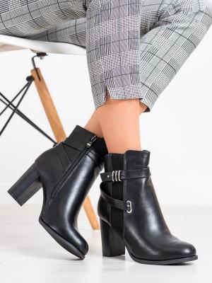 Praktické černé dámské  kotníčkové boty na širokém podpatku