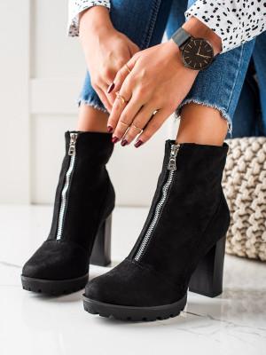 Stylové černé dámské  kotníčkové boty na širokém podpatku