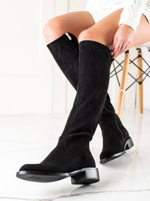 Zajímavé černé dámské  kozačky na plochém podpatku