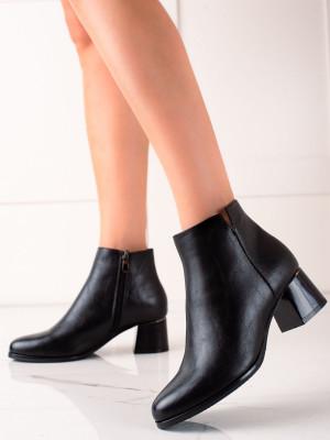 Pěkné  kotníčkové boty černé dámské na širokém podpatku